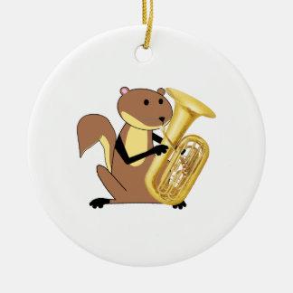 Ardilla que juega la tuba adorno de reyes