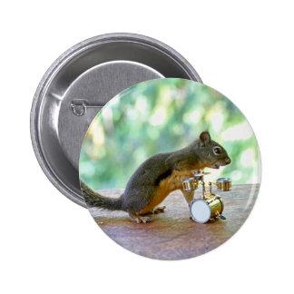 Ardilla que juega los tambores pin redondo de 2 pulgadas