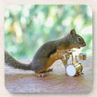 Ardilla que juega los tambores posavasos de bebidas
