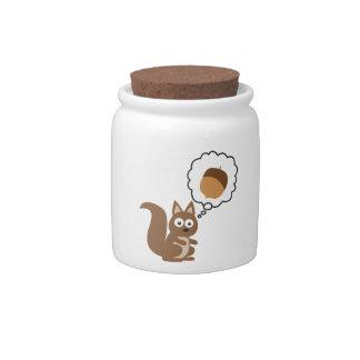 Ardilla que piensa en nuez jarra para caramelo