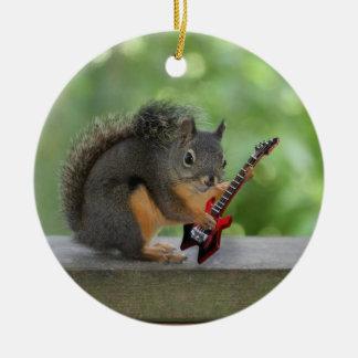 Ardilla que toca la guitarra eléctrica adorno navideño redondo de cerámica
