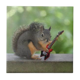 Ardilla que toca la guitarra eléctrica azulejo cuadrado pequeño