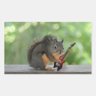 Ardilla que toca la guitarra eléctrica pegatina rectangular