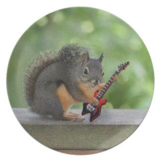 Ardilla que toca la guitarra eléctrica platos