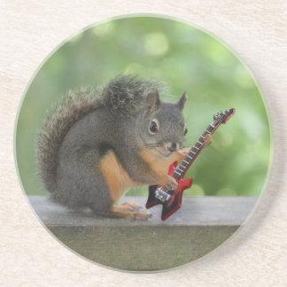 Ardilla que toca la guitarra eléctrica posavasos manualidades
