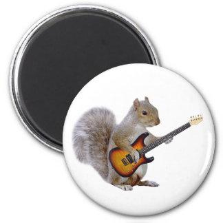 Ardilla que toca la guitarra imán redondo 5 cm