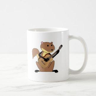Ardilla que toca la guitarra taza clásica
