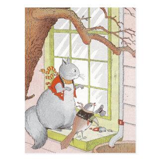 Ardilla y pájaro grises que miran en la ventana postal