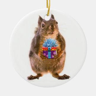 Ardilla y presente ornamento de navidad