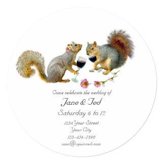 Ardillas cariñosas que casan la invitación