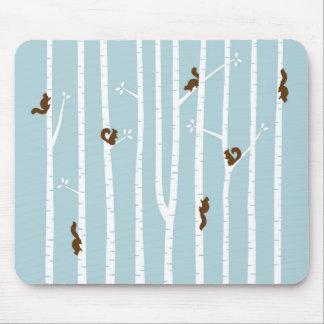 Ardillas de Brown que suben árboles de abedul en Mousepad