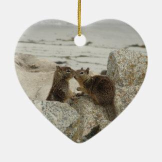 Ardillas de tierra en amor adorno navideño de cerámica en forma de corazón