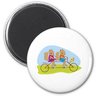 Ardillas en una bici en tándem imán redondo 5 cm