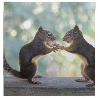 Ardillas que comparten una foto del cacahuete servilletas imprimidas