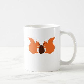Ardillas que comparten una nuez taza básica blanca