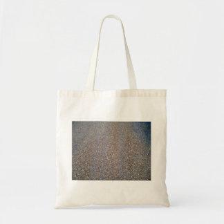Arena de la textura con las piedras bolsa