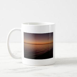 Arena de mar y puestas del sol taza básica blanca
