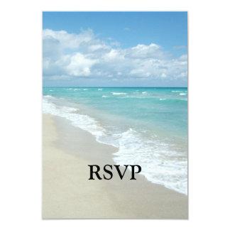 Arena extrema del blanco de la opinión de la playa invitaciones personales