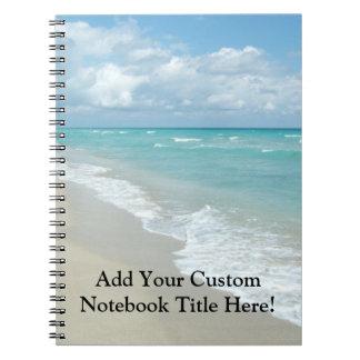 Arena extrema del blanco de la opinión de la playa cuadernos
