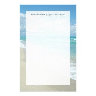 Arena extrema del blanco de la opinión de la playa papeleria