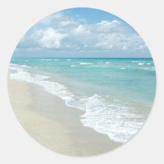 Arena extrema del blanco de la opinión de la playa pegatina redonda