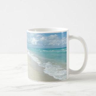 Arena extrema del blanco de la opinión de la playa taza