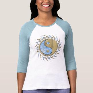 Arena y agua tribales Yin Yang Camiseta