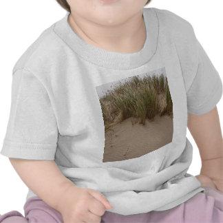 Arena y hierba esculpidas del mar camiseta