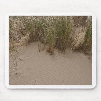 Arena y hierba esculpidas del mar alfombrillas de raton