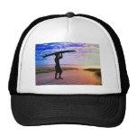 Arena y nubes de la persona que practica surf de l gorras
