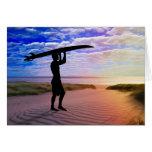 Arena y nubes de la persona que practica surf de l felicitaciones