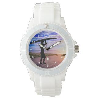 Arena y nubes de la persona que practica surf de reloj de mano