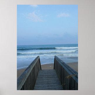 Arena y ondas brumosas de la playa del embarcadero poster