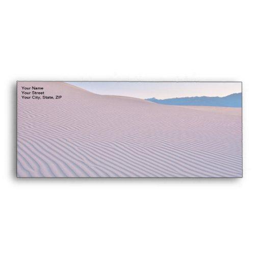 Arenas del desierto en la salida del sol sobres