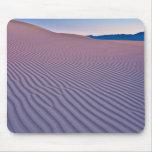 Arenas del desierto en la salida del sol alfombrillas de ratones