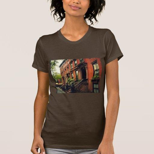 Arenisca de color oscuro de la colina del adoquín camisetas