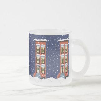 Areniscas de color oscuro del navidad en la taza