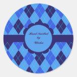 Argyle azul U inicial tejido a mano por los Etiqueta Redonda