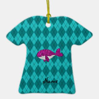 Argyle rosado conocido personalizado de la ballena adorno de cerámica en forma de playera