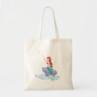 Ariel que se sienta en roca bolsa tela barata