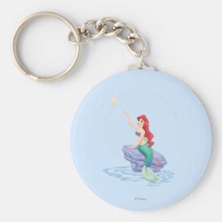 Ariel que se sienta en roca llavero personalizado