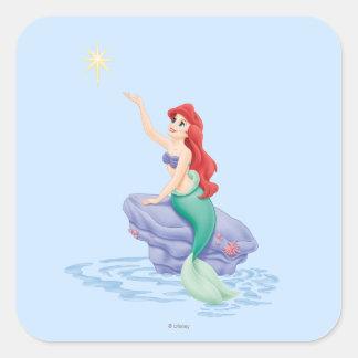 Ariel que se sienta en roca pegatina cuadrada