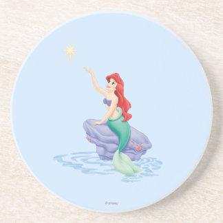 Ariel que se sienta en roca posavasos manualidades