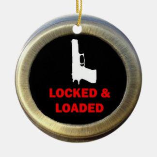 Arma cerrado y cargado adorno navideño redondo de cerámica