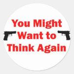 Arma de la seguridad en el hogar etiquetas redondas