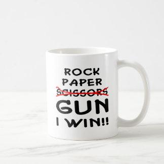 Arma de papel de las tijeras de la roca que gano taza