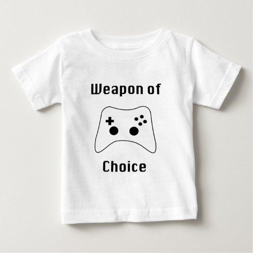 Arma del videojugador de las camisetas bien remeras