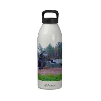 Arma en el monumento de guerra de Laponia Botellas De Agua Reutilizables