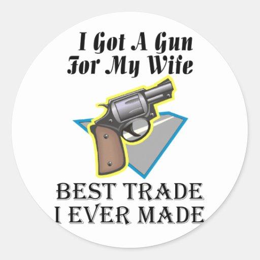 Arma para la esposa pegatina redonda