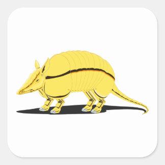 Armadillo amarillo/de oro con la raya negra en pegatina cuadrada